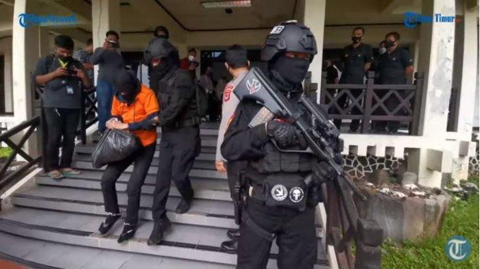 Detasemen Khusus, Densus 88 Anti Teror Mabes Polri memindahkan 19 orang tahanan kasus tindak pidana terorisme yang ditangkap di sejumlah tempat di Sulawesi Selatan ke Jakara pada Kamis (4/2/2021).