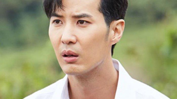 Kim Ji-suk berperan sebagai Yoo Ja-sung di drama Monthly House