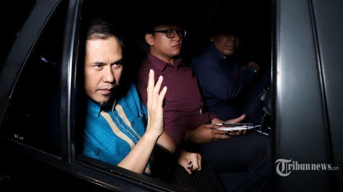 Eks Sekretaris Umum DPP Front Pembela Islam (FPI), Munarman (kiri)