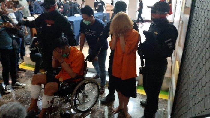 Dua tersangka pembunuhan dan mutilasi mayat pria di Apartemen Kalibata City saat dihadirkan dalam konferensi pers di Polda Metro Jaya, Kamis (17/9/2020).