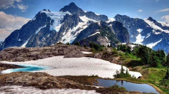Gunung Jayawijaya memiliki salju abadi