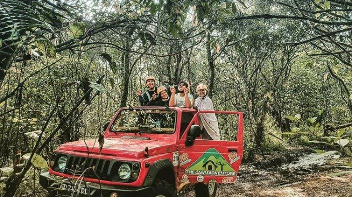 Pengunjung sedang naik jeep adventure di Sakura Hills Tawangmangu, Karanganyar, Jawa Tengah