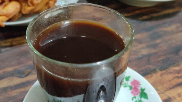 Hidangan kopi klotok di Warung Kopi Klotok, Jalan Kaliurang KM 16, Pakem, Sleman, Yogyakarta. Harga satu gelas kopi Rp 5.000