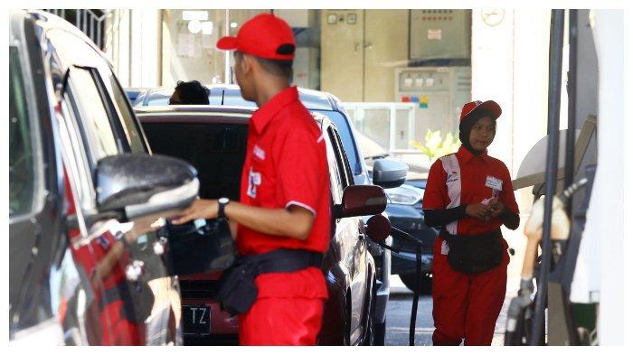 Petugas mengisi BBM nonsubsidi kepada pengendara di SPBU coco Putri Hijau, Medan, Sumatera Utara, Sabtu (5/1/2019).