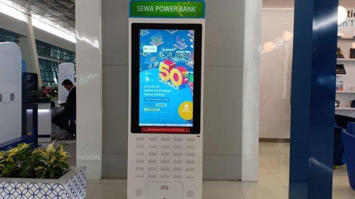 Tempat penyewaan power bank yang tersedia di Terminal 3 Bandara Soekarno-Hatta. Tempat penyewaan power bank ini berbentuk seperti vending machine