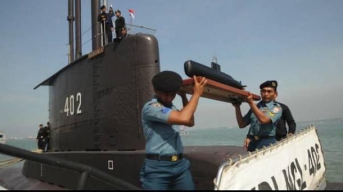 Kapal Selam KRI Nanggala-402 yang dinyatakan hilang kontak di perairan Bali pada Rabu (21/4/2021) dini hari dinyatakan telah ditemukan, namun terbelah menjadi 3 bagian