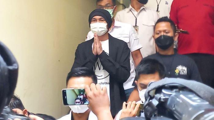 Penyanyi Anji Manji alias Anji eks Drive dihadirkan polisi saat akan menjalani pemeriksaan kesehatan, Senin (14/6/2021) pagi.