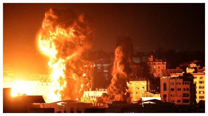 Api dan asap terlihat di atas gedung-gedung di Kota Gaza saat serangan udara Israel berlangsung, 17 Mei 2021.