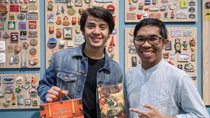 Arbani Yasiz bersama dengan novelis Indonesia Ahmad Fuadi