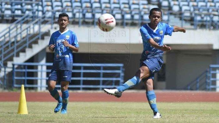 Dua pemain U-20 Ravil Shandyka (kiri) dan Ardi Maulana (kanan) saat mengikuti latihan bersama Persib Bandung di Stadion Gelora Bandung Lautan Api, Kota Bandung, Kamis (27/8/2020).