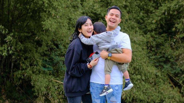Ardina Rasti bersama suami dan anaknya