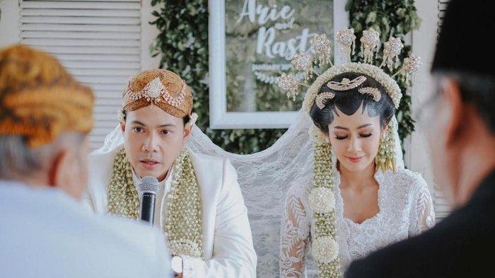 Ardina Rasti dan Arie Dwi Andika sedang melangsungkan akad nikahnya