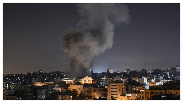Asap-terlihat-di-atas-gedung-gedung-di-Kota-Gaza.jpg