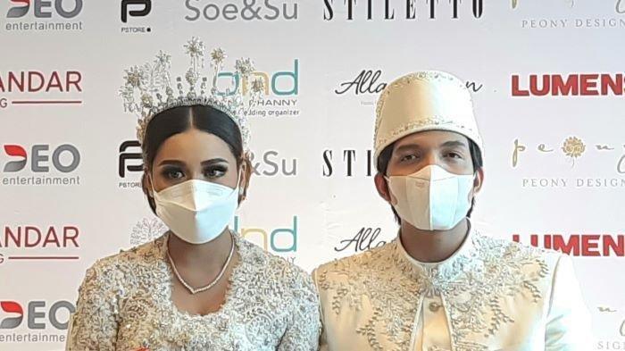 Atta Halilintar dan Aurel Hermansyah saat konferensi pers setelah menggelar akad nikah di Hotel Raffles Jakarta, Setiabudi, Jakarta Selatan, Sabtu (3/4/2021)