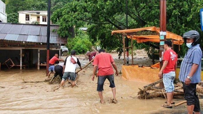 Pusat Kota Wisata Parapat, Kabupaten Simalungun diterjang banjir, Kamis (13/5/2021).