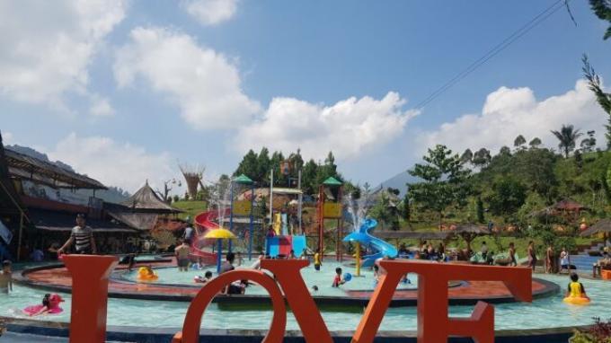 Bermain di water park Barusen Hills Ciwidey Bandung
