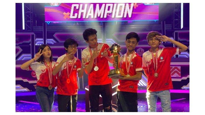 Foto bersama tim Bigetron Red Aliens usai mengangkat trophy.