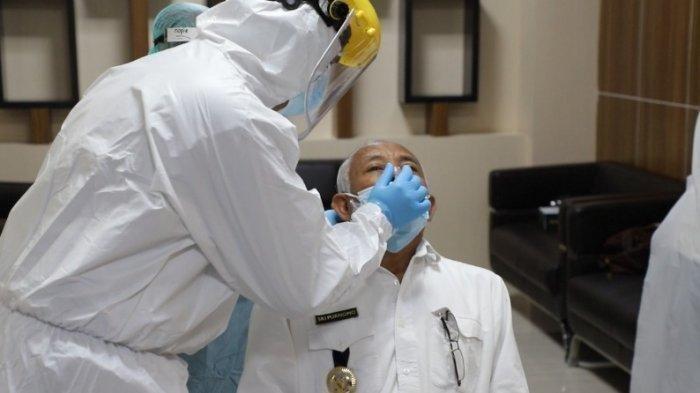 Bupati Sleman, Sri Purnomo menjalani rapid tes antigen sebelum menerima vaksin COVID-19, Rabu (13/01/2021).