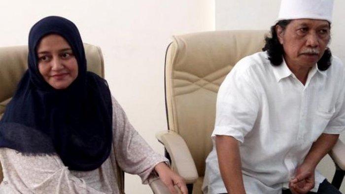 Cak Nun dan Novia Kolopaking saat berada di ruang kepala sekolah Kesatuan Bangsa School Yogyakarta menemui wartawan.