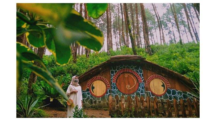 Pengunjung sedang berada di area rumah hobbit dan kampung kelinci.