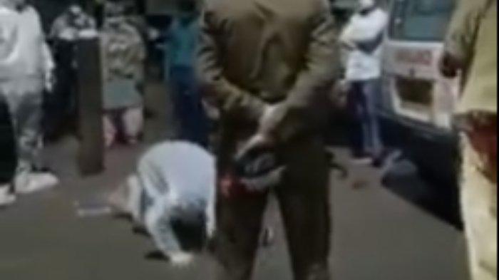 Video yang beredar di media sosial menunjukkan seorang pria menangis dan memohon kepada petugas di luar rumah sakit swasta di kota Agra di Uttar Pradesh. 'Ibuku akan mati jika kamu mengambil tabung oksigennya,' Anmol Goyal, 22, memohon kepada petugas saat tabung itu dibawa keluar dari rumah sakit pada Selasa malam. Polisi Agra dengan keras membantah klaim tersebut, dengan mengatakan: