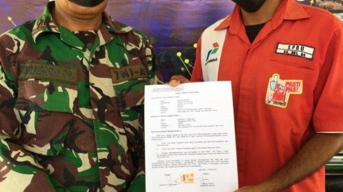 Foto : Anggota TNI Kodim 1603 Sikka dan petugas SPBU Waipare, Kabupaten Sikka, NTT, sepakat berdamai, Selasa malam.