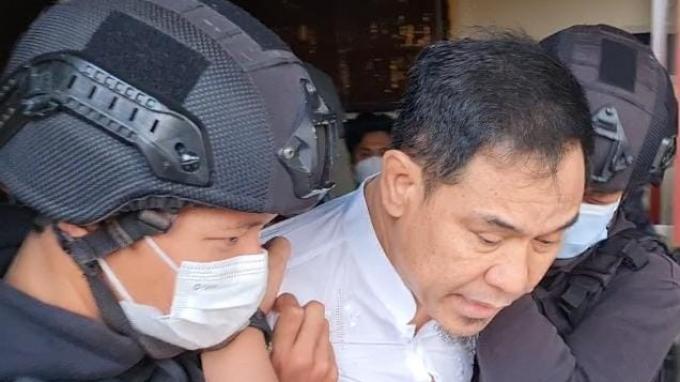 Eks Sekretaris Umum FPI Munarman sempat meminta menganakan alas kaki saat ditangkap tim Densus 88 Antiteror Polri di kediamannya di Perumahan Modernhills, Pamulang, Tangerang Selatan pada Selasa 27 April 2021.