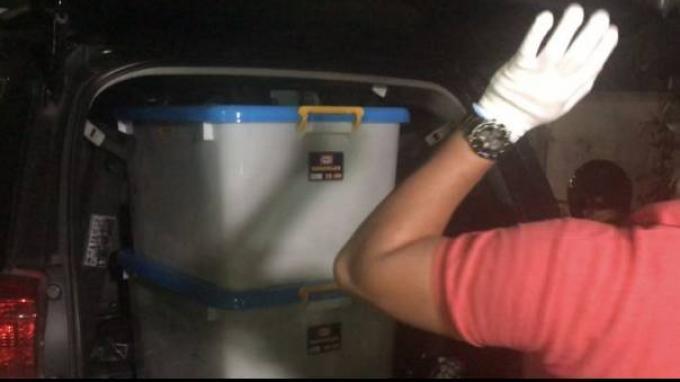 Barang-barang dalam boks yang ditemukan di bekas Markas FPI Makassar, Selasa (27/4/2021).