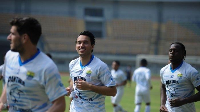 Ezra Walian, pemain baru Persib Bandung (tengah), sudah ikut bergabung dalam latihan hari Kamis (18/3/2021).