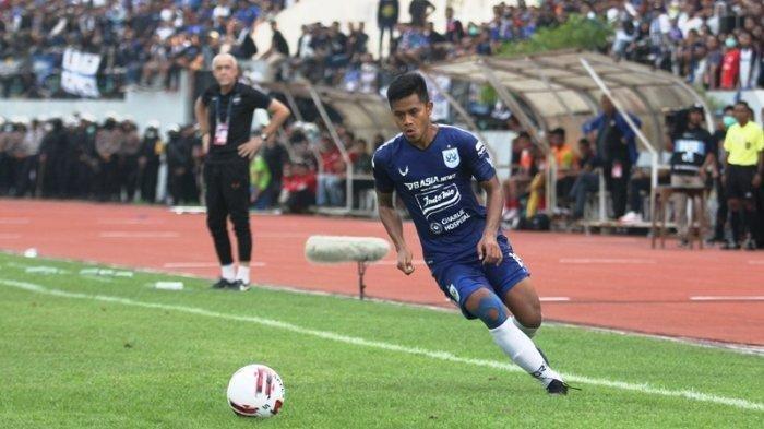 Aksi Frendi Saputra dalam laga melawan Arema FC di pekan ketiga Liga 1 2020 di Stadion Moch Soebroto, Magelang.