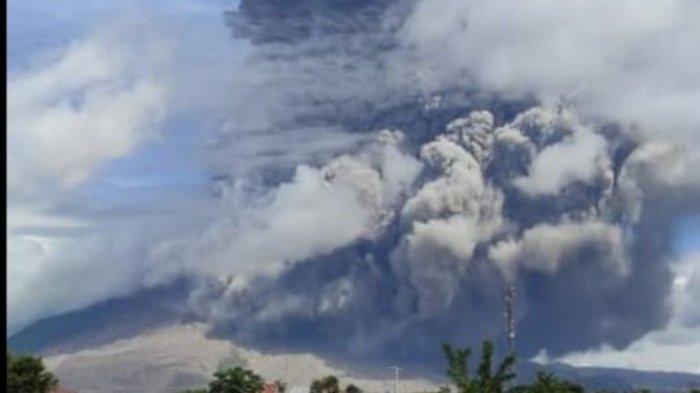 Gunung-Sinabung-di-Kabupaten-Karo-Provinsi-Sumatera-Utara-yang-pada-Minggu.jpg