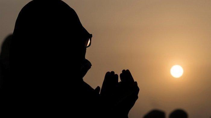 Jamaah haji Mulism berdoa di Jabal al-Rahma sebelah tenggara kota suci Mekah, selama puncak haji haji. di tengah pandemi COVID-19