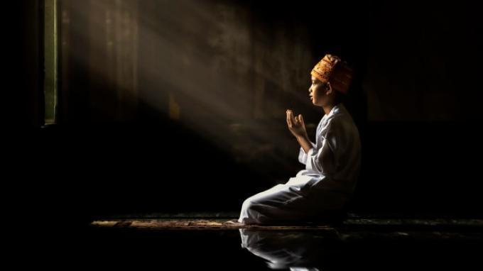 Ilustrasi berdoa. Berikut ini doa malam Idul Fitri. Ada satu keistimewaan ketika umat Muslim memanjatkan doa di malam Hari Raya.