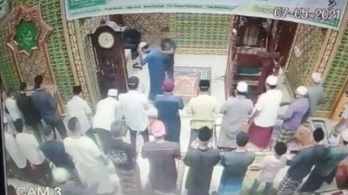 Imam-masjid-dipukul-saat-salat.jpg