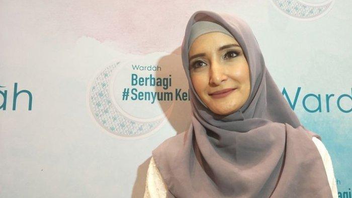 Inneke Koesherawati ditemui di sela acara Wardah berbagi #SenyumKebaikan di Sasana Kriya, TMII, Jakarta Timur, Rabu (30/5/2018) malam