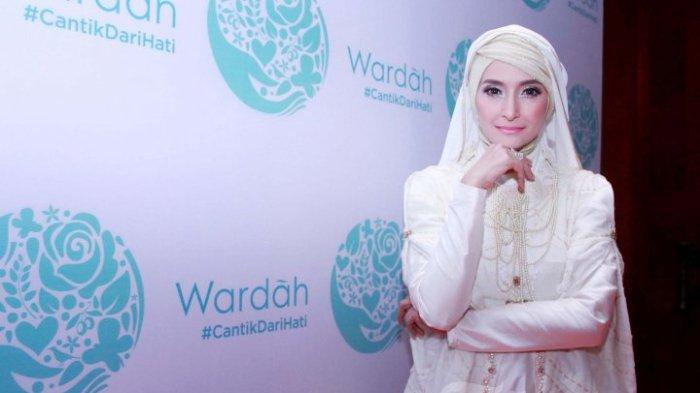 Selebriti Inneke Koesherawati saat menghadiri acara Ramadhan Gathering Wardah Cosmetics di Hotel Darmawangsa, Jakarta Selatan, Kamis (23/6/2016). Acara tersebut sekaligus mengkampanyekan #CantikdariHati yang bertujuan untuk berbagi inspirasi kebaikan yang datang dari hati.