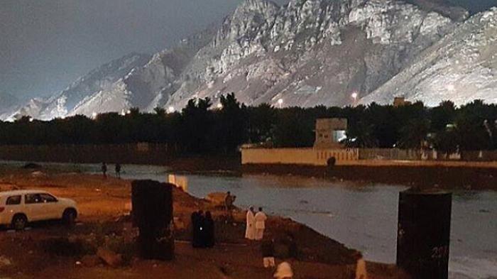 Gunung Uhud di latar belakang foto tampak agak mirip gunung salju.