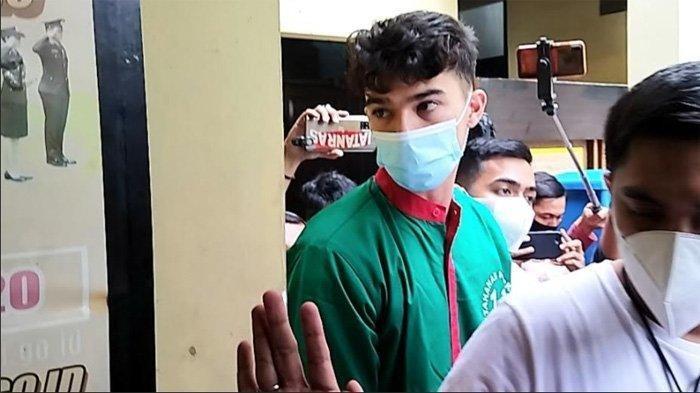Jeff Smith ketika dibawa dari ruang tahanan menuju klinik Polres Metro Jakarta Barat, Slipi, Jakarta Barat, Jumat (16/4/2021).