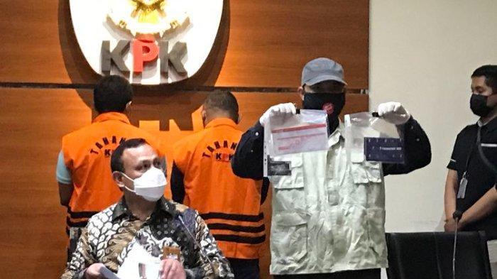 Penyidik KPK memperlihatkan barang bukti berupa buku tabungan dan dokumen lainnya yang disita KPK terkait perkara Wali Kota Tanjungbalai, Kamis (22/4/2021).