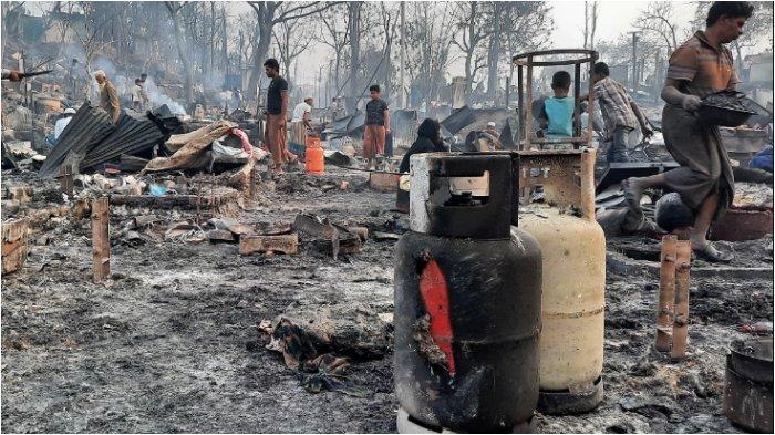 Orang-orang membersihkan puing-puing di pengungsi Rohingya di Bangladesh. Gazi Salahuddin, seorang inspektur polisi, mengatakan