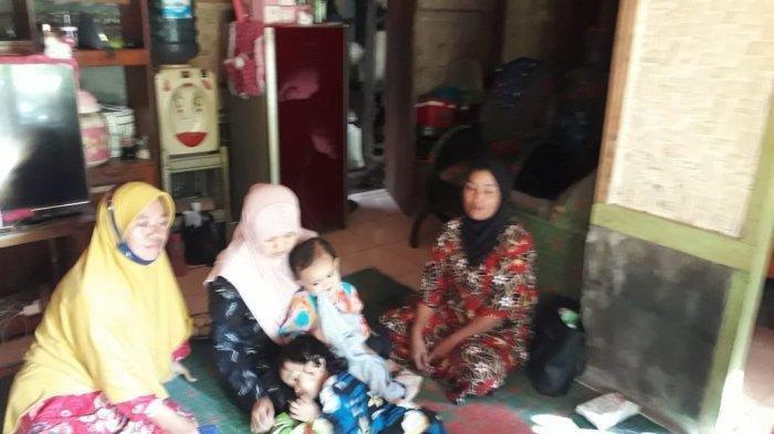 Keluarga korban berkumpul di rumah duka di Desa Pangkalan, Kabupaten Pangandaran