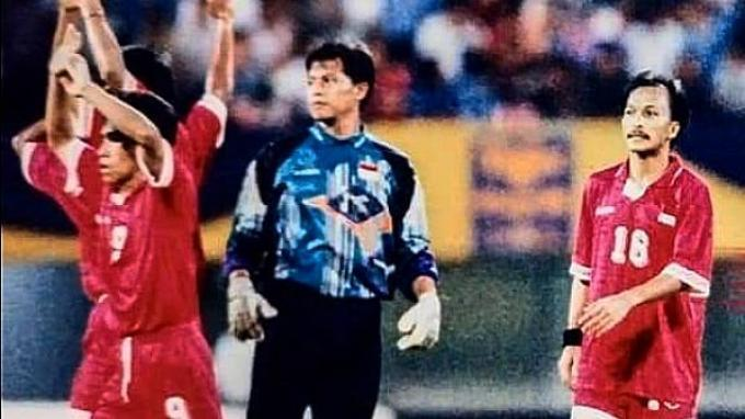 Listianto Raharjo mengenakan seragam penjaga gawang saat memperkuat Timnas Indonesia di Piala AFF 1996.