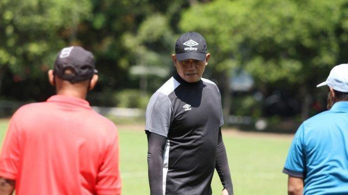Listianto Raharjo saat memimpin Seleksi Bhayangkara Solo FC U20 Di Lapangan Universitas Muhamadiyah Malang