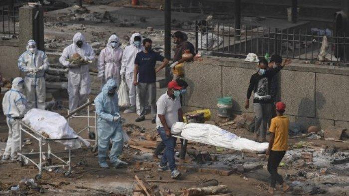 Jenazah korban yang meninggal akibat virus Corona Covid-19 terlihat sebelum dikremasi di tempat kremasi di New Delhi pada 2 Mei 2021.