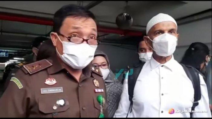 Kepala Pusat Penerangan Hukum (Kapuspenkum) Kejaksaan Agung, Leonard Eben Ezer memberi penjelasan soal pengabulan Mark Sungkar jadi tahanan Kota.
