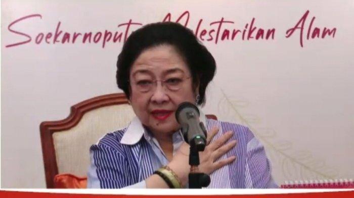 Ketua Umum PDIP Megawati Soekarnoputri pada peluncuran buku 'Merawat Pertiwi, Jalan Megawati Soekarnoputri Melestarikan Alam'. Megawati mengatakan, Menteri Sosial Tri Rismaharini terlihat semakin kurus.