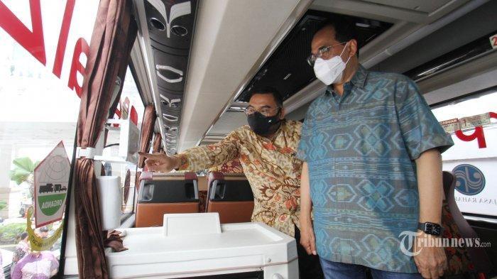 Menteri Perhubungan Budi Karya Sumadi (kanan) melakukan inspeksi armada bus sebelum melakukan seremoni pembukaan acara Sumatera Roadshow with PerpalZ TV, di Jakarta, Minggu (14/3/2021). Budi mengatakan belum ada keputusan soal boleh atau tidaknya mudik lebaran tahun ini.