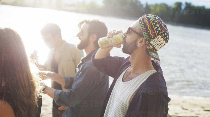 Minum-Sambil-Berdiri.jpg