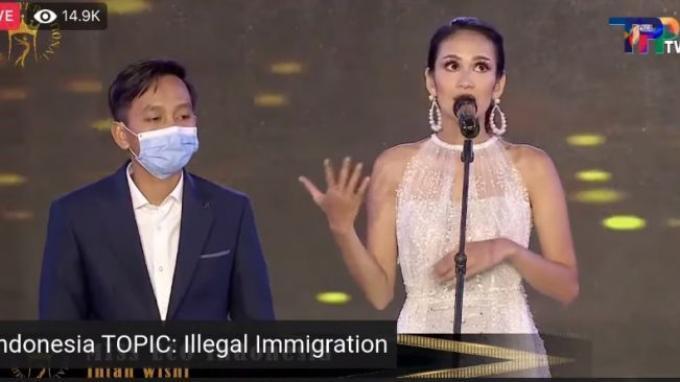 Tangkapan layar video viral penampilan Miss Indonesia Intan Wisni dalam ajang Miss Eco International 2021 di Mesir yang menggunakan jasa translator.