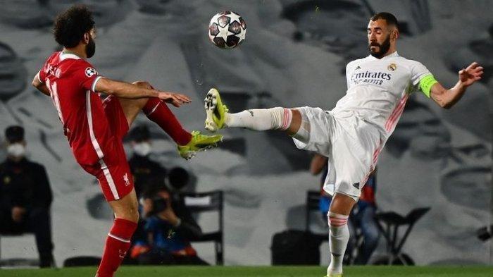 Mohamed Salah (kiri) dan Karim Benzema (kanan) berebut bola dalam pertandingan Real Madrid vs Liverpool di leg pertama perempat final Liga Champions 2020-2021 di Stadion Alfredo Di Stefano, Rabu (7/4/2021) dini hari WIB.